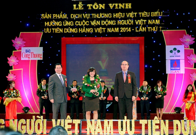 """Đại diện Công ty Cổ phần Traphaco - nhận giải thưởng """"Top 10 sản phẩm thương hiệu Việt tiêu biểu xuất sắc"""" cho sản phẩm Boganic."""