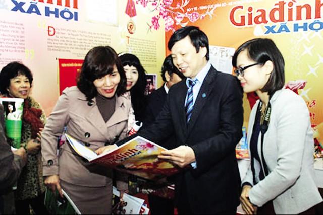 Nhà báo Hồ Quang Lợi thăm gian trưng bày báo Xuân của Báo GĐ&XH. Ảnh: Việt Nguyễn