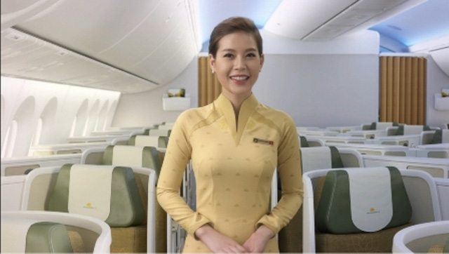Mẫu áo dài khác có màu vàng kem, ngả sang màu đất, được cho là quá nhu, không tôn vinh làn da phụ nữ Việt