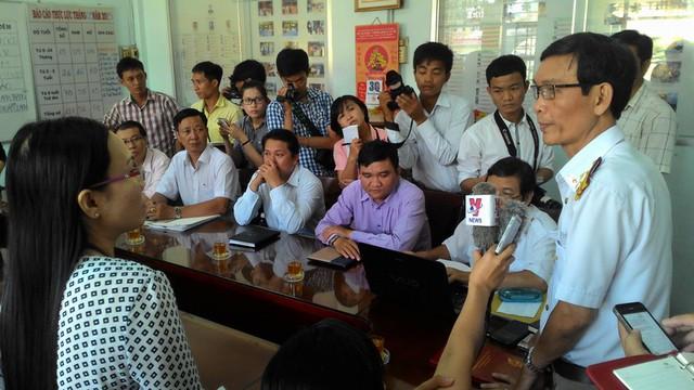 Bà Nguyễn Thị Kim Tiên-Giám đốc Trung tâm NDBTTE Linh Xuân tiếp nhận quyết định thanh tra hôm 7/4.