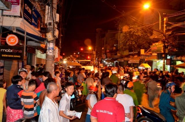 CA phong toả đoạn đường trước hẻm 39, Hưng Phú (quận 8) để truy bắt hung thủ giết ca sĩ Đỗ Linh