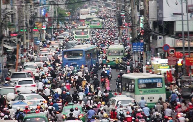 Đường Xô Viết Nghệ Tĩnh dẫn về bến xe miền Đông kẹt cứng vì lượng người, xe đổ về đây quá lớn. Thiếu vắng CSGT điều tiết, giao thông ở con đường này đã trở nên hỗn loạn
