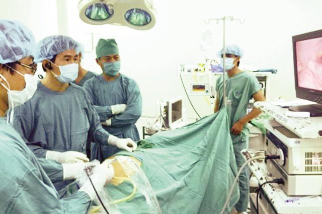 Một ca phẫu thuật nội soi được thực hiện tại Bệnh viện Đa Khoa TP Cần Thơ (ảnh do bệnh viện cung cấp).