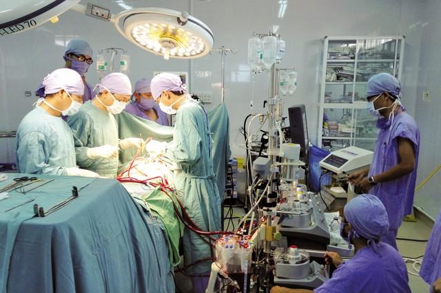 Một ca phẫu thuật đòi hỏi kỹ thuật cao được thực hiện tại Bệnh viện Đa khoa tỉnh Khánh Hòa (ảnh do bệnh viện cung cấp).