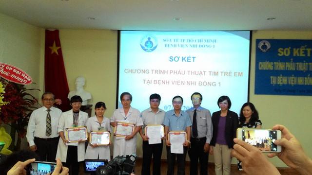 Một số tay kéo trong ê kíp phẫu thuật tim được BV Nhi Đồng 1 khen thưởng nhân dịp sơ kết 10 năm.