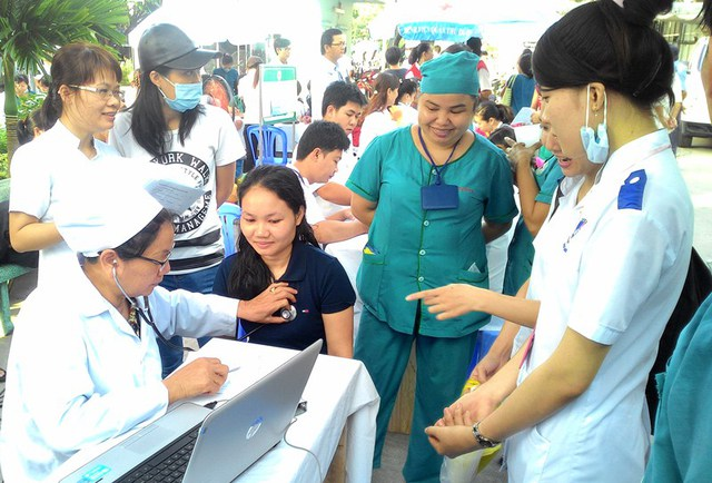 Đông đảo đoàn viên thanh niên địa phương và sinh viên y khoa thực tập tại BV Q. Thủ Đức cùng tham gia hoạt động hiến máu nhân đạo tự nguyện.