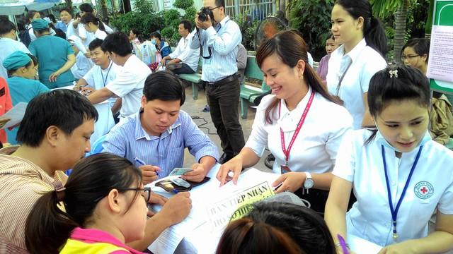 BS CKII Phạm Hồng Trường, Trưởng khoa cấp cứu BV Q. Thủ Đức tham gia hiến máu nhân đạo.