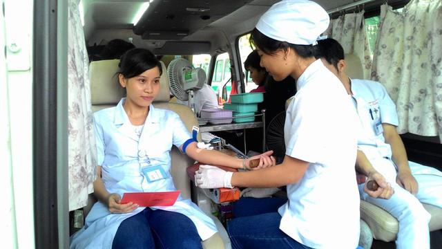 Cán bộ-nhân viên y tế tham gia hiến máu là nghĩa cử cao đẹp và thiết thực.