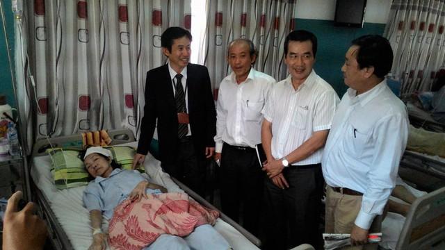 Bác sĩ Trần Văn Khanh (trái) giới thiệu đơn vị Thần kinh sọ não vừa khánh thành.