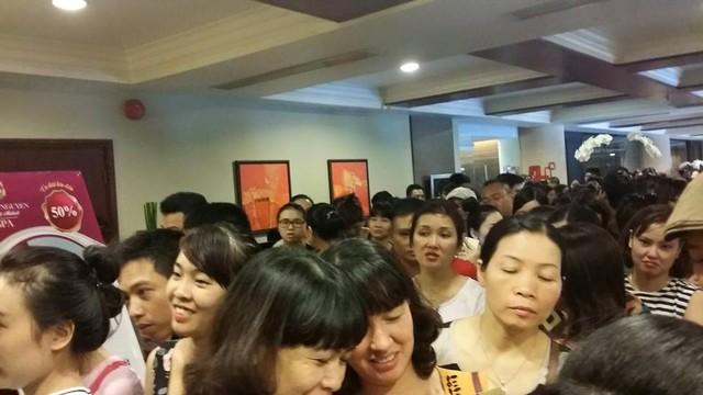 Khu mua sắm hết chỗ nhiều người đợi ở hành lang