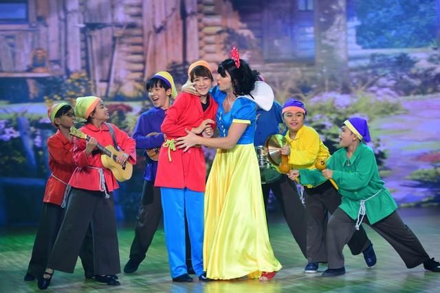 Chi Pu cùng bạn nhảy Georgi đã thể hiện một phiên bản mới lạ của phim Nàng Bạch Tuyết và bảy Chú Lùn. Chi Pu làm chú lùn, còn bạn nhảy nam của cô làm Bạch Tuyết