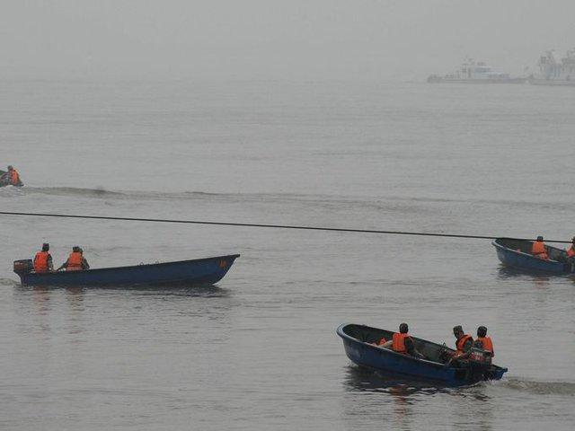 Đài phát thanh của Trung Quốc cho biết con tàu lật úp chỉ trong vòng 2 phút và không phát ra tín hiệu cầu cứu, 7 người đã bơi vào bờ để thông báo vụ chìm tàu.