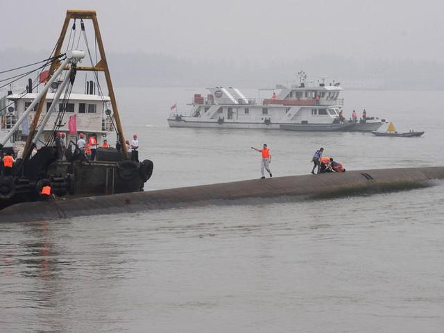 Tính đến tối 2/6, mới có 14 người được cứu thoát. Hơn 400 người vẫn mất tích. Phần lớn các nạn nhân có thể bị mắc kẹt trong thân tàu.