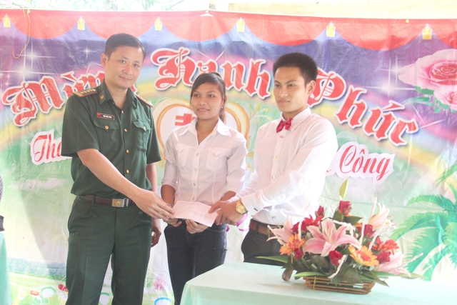 Lãnh đạo Bộ đội Biên phòng Hà Tĩnh tặng quà cho đôi uyên ương Công – Mai trong ngày trọng đại. Ảnh: Hùng Lê