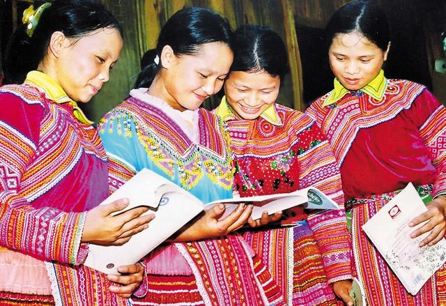 Tài liệu truyền thông chăm sóc SKSS vị thành niên về với học sinh Trường Dân tộc nội trú tỉnh Hà Giang. Ảnh: P.V