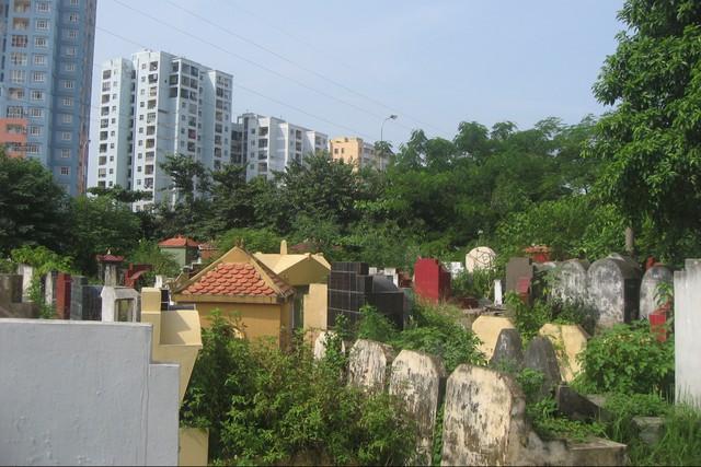 Mộ nằm rải rác trong khu dân cư ở địa bàn Cầu Giấy. Ảnh:H.P