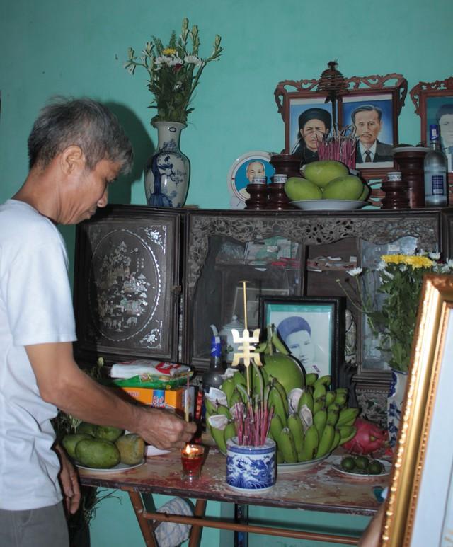 Ông Nguyễn Văn Viền bên bàn thờ người chú mới được lập mấy hôm.