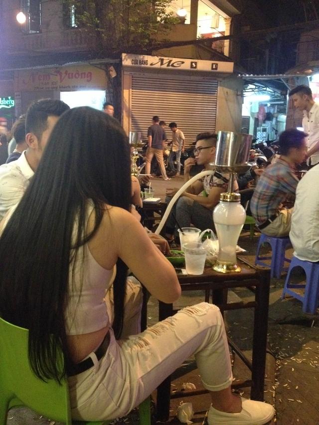 Thiếu nữ ngồi hút shisha vỉa hè phố cổ Hà Nội. Ảnh:HN
