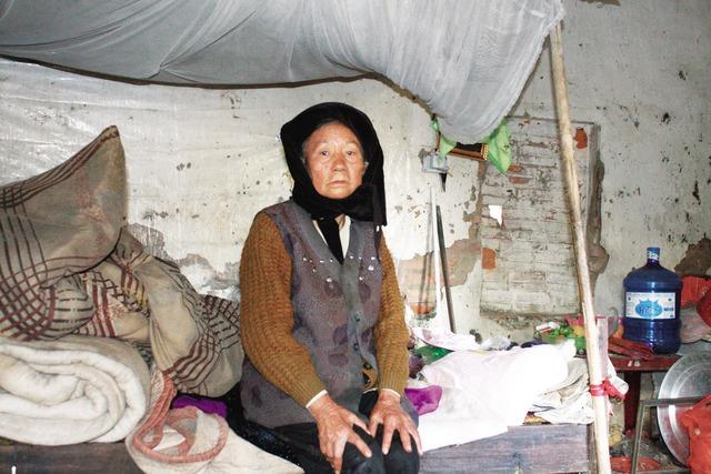 Bà Nhung phải trú ngụ trong ngôi nhà trẻ bỏ hoang nhiều năm nay. Ảnh: K.O