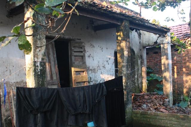 Phía ngoài căn nhà xập xệ mà bà Nhung đang trú ngụ.