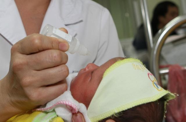 Cha mẹ nên sử dụng thuốc nhỏ mũi cho trẻ theo hướng dẫn của bác sỹ.Ảnh: Chí Cường