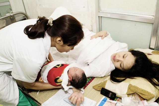 Chăm sóc trẻ sơ sinh tại Bệnh việnPhụ sản Trung ương.Ảnh:CHÍCƯỜNG