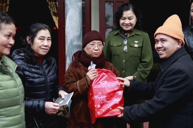 Sư thầy Thích Diệu Đoán cùng đồng đội nhận quà tri ân từ đoàn từ thiện của Thiền viện Sùng Phúc (Hà Nội) nhân dịp kỷ niệm ngày thành lập lực lượng TNXP.  Ảnh: TP