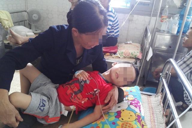 Bé P được bà nội chăm sóc tại Bệnh viện Đa khoa tỉnh Hòa Bình. Ảnh Đ.Hường