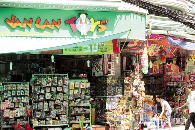 Nhiều cửa hàng đồ chơi trẻ em trên phố Lương Văn Can vắng khách dù đã sát ngày Tết thiếu nhi.  Ảnh N.Mai