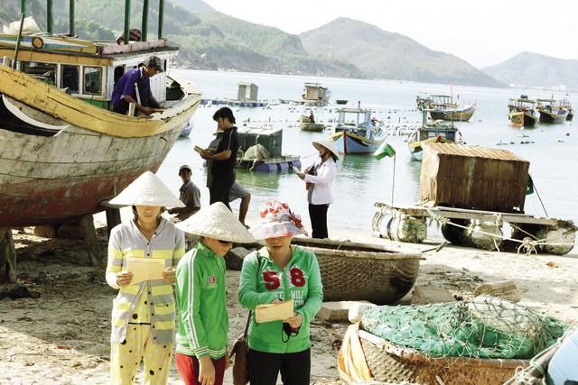 Cán bộ dân số huyện Cam Lâm, Khánh Hòa truyền thông kiến thức làm mẹ an toàn cho ngư dân vùng biển. Ảnh:D.Ngọc
