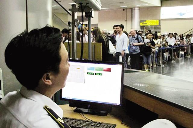 Kiểm tra thân nhiệt cho hành khách tại sân bay Nội Bài (Hà Nội). Ảnh:Ngọc Dung