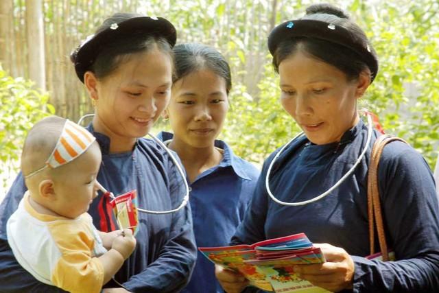 Cán bộ dân số huyện Sơn Dương (tỉnh Tuyên Quang) tuyên truyền tác hại của việc tảo hôn, hôn nhân cận huyết cho người dân vùng sâu.  ảnh: Dương Ngọc