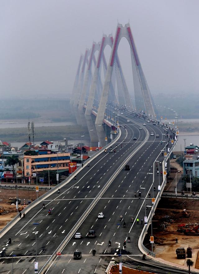 Cầu Nhật Tân trong ngày thông xe. Ảnh:TTX