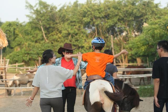 Việc đặt ra mục tiêu cá nhân cho từng em tham gia cưỡi ngựa và kiên nhẫn làm việc trên những kĩ năng như lời nói, sự hòa nhập xã hội... sẽ giúp các em tiến bộ nhanh hơn. Ảnh: Chí Cường