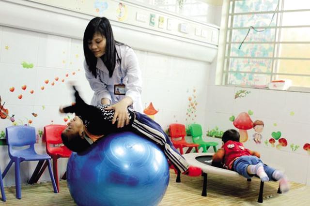 Trẻ tự kỷ được can thiệp bằng trò chơi tại Khoa Tâm bệnh (Bệnh viện Nhi Trung ương). Ảnh: MT