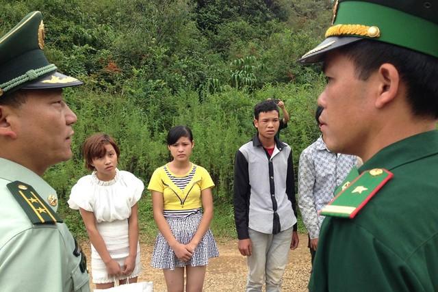 Biên phòng Việt Nam – Trung Quốc phối hợp đấu tranh chống tội phạm mua bán người qua biên giới. Ảnh: Q.Thành