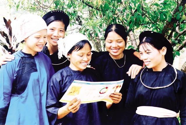 Tài liệu truyền thông chăm sóc sức khỏe sinh sản/làm mẹ an toàn về với phụ nữ huyện Bát Xát, Lào Cai. Ảnh:Dương Ngọc