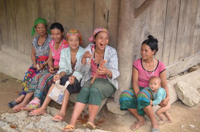 Phụ nữ và trẻ em trên vùng đất Keng Đu.  Ảnh: Hồ Hà