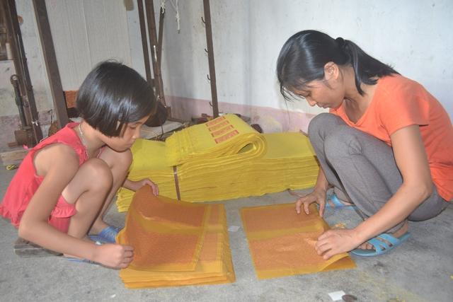 Mặc dù bị bệnh tật nhưng Lan luôn giúp bố mẹ từ việc nấu cơm, giặt quần áo đến việc làm nghề thủ công.