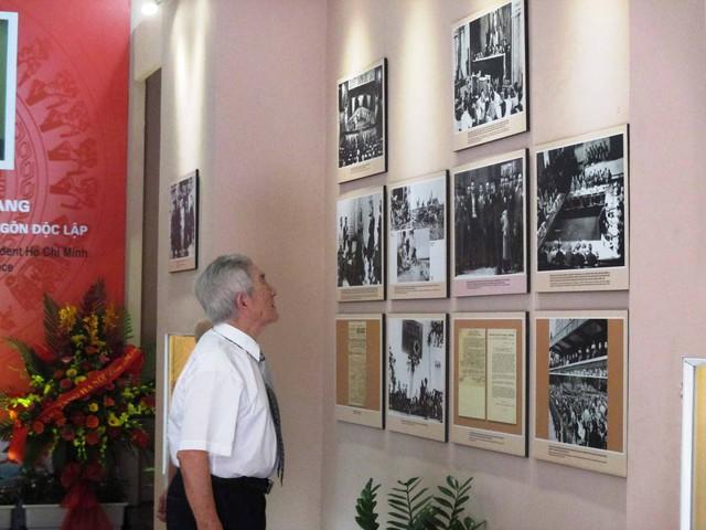 Nhà giáo Trịnh Lương nhớ lại những hồi ức 70 năm về trước tại căn nhà 48 Hàng Ngang, Hà Nội. Ảnh: N.Mai