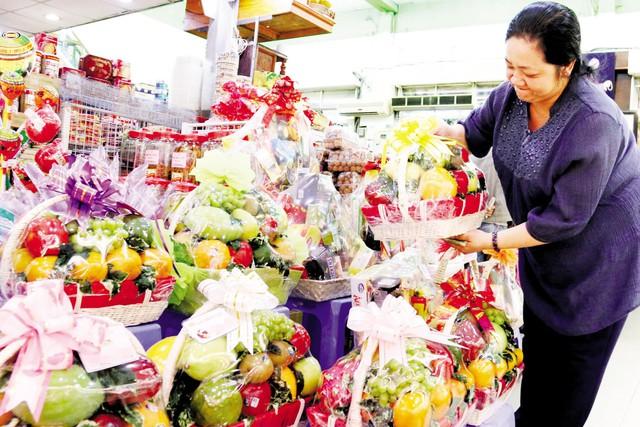 Những giỏ quà Tết là trái cây đặc sản vùng miền đang hút khách. Ảnh:M.H