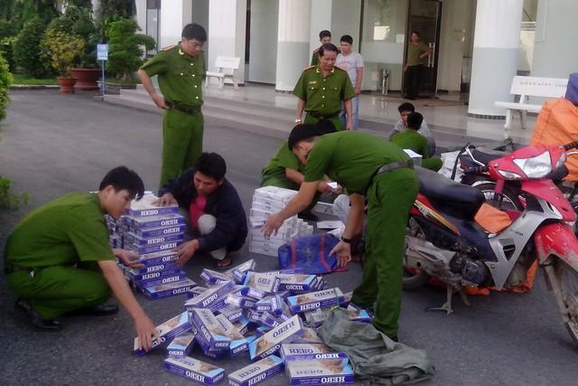 Lực lượng chức năng phát hiện bắt giữ một vụ vận chuyển thuốc lá lậu. Ảnh:M.H