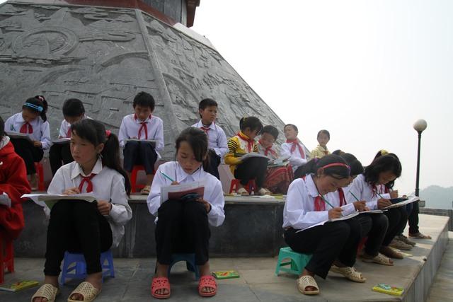Quang cảnh lớp học vẽ dưới chân cột cờ Lũng Cú.Ảnh: T.G