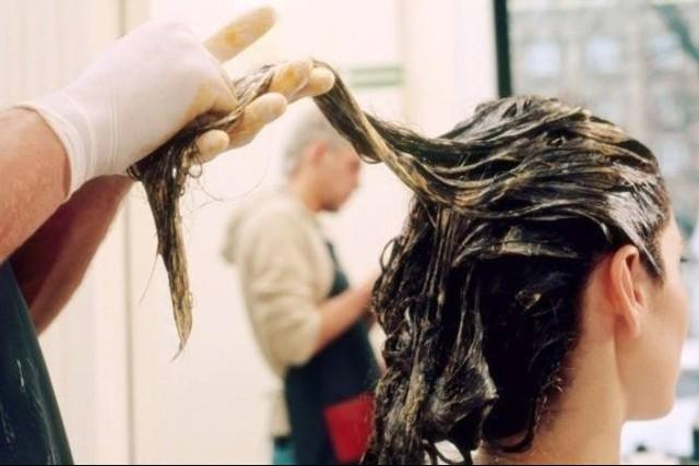 Nhiều phụ nữ mất tiền oan với các lời quảng cáo thuốc xịt, gội, nhuộm đen tóc lâu dài. Ảnh minh họa