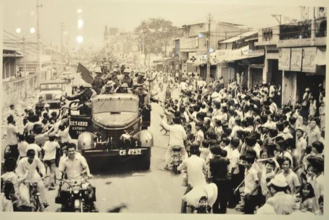 Đồng bào Sài Gòn hân hoan đón chào quân giải phóng 30/4/1975.Ảnh:Hứa Kiểm