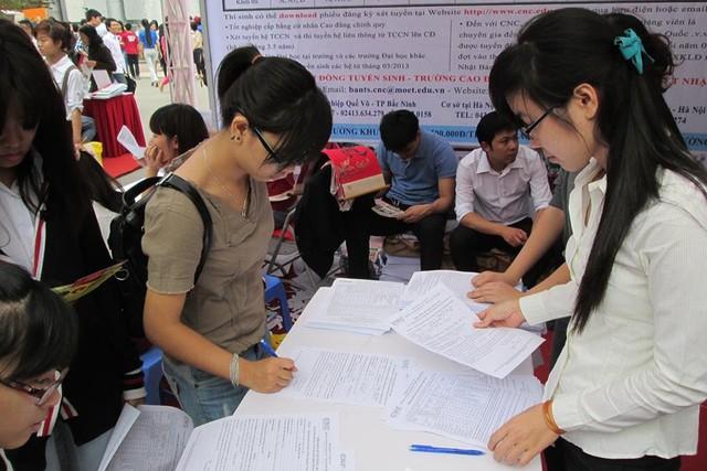 Kỳ thi THPT Quốc gia 2015 được dự báo điểm thi sẽ cao hơn so với năm trước. Đây là cơ hội nhưng cũng là thách thức không nhỏ đối với các thí sinh khi tham gia xét tuyển vào ĐH, CĐ.Ảnh: Q.Anh