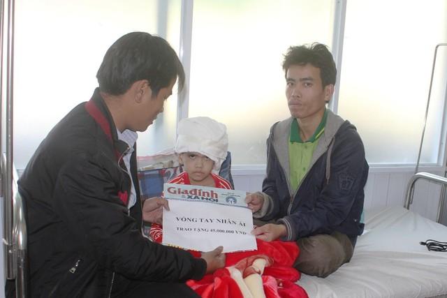 PV Báo GĐ&XH trao số tiền mà bạn đọc hảo tâm gửi đến bé Diễm Trang thông qua Quỹ Vòng tay nhân ái của Báo GĐ&XH tại Bệnh viện Trung ương Huế.  Ảnh: V.Q
