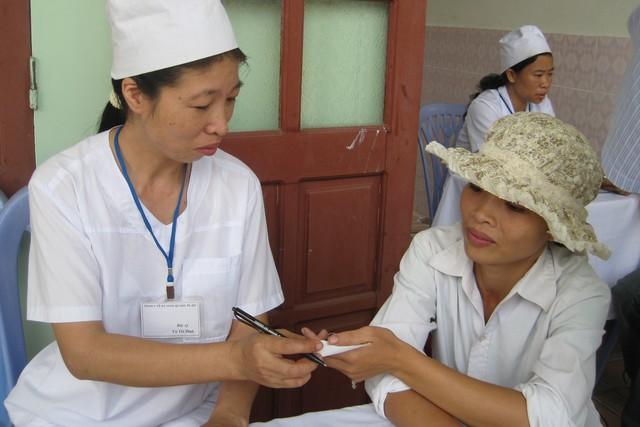 Cán bộ y tế huyện Tiên Lãng (Hải Phòng) tư vấn biện pháp tránh thai cho chị em.   Ảnh: Võ Thu