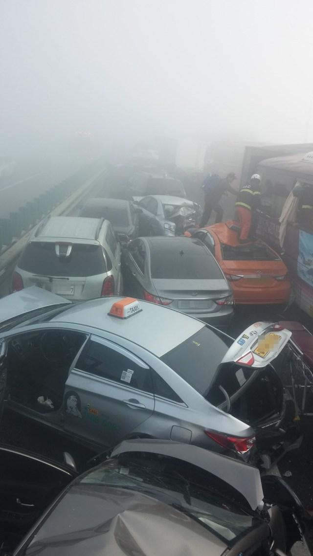 Nhiều nạn nhân vẫn đang mắc kẹt trong xe Nguồn: Korea Herald