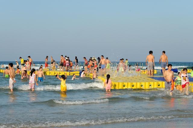 Ở Holiday Beach đang làm thử show diễn, có phao nổi ra ngoài biển. Ảnh Đ.H